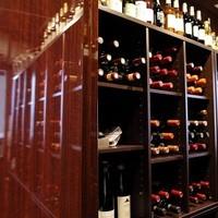 フランスを中心にソムリエ厳選のワインを200種類以上ご用意。