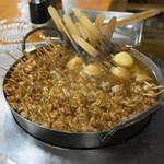 どてやき - カウンターの鉄鍋でグツグツどてやきを煮込みます