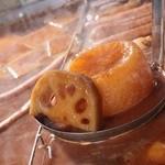 くろべ - くろべ名物 熟成にごりおでん。八丁味噌でじっくり炊き上げ、だしの味が芯まで浸みた大根や玉子等をお楽しみください。
