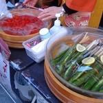 けんちゃん漬 - 店先で露店販売の、キューリとトマト