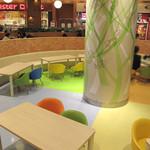 博多だるま ラーメンファクトリー - 小さな子供用の椅子とテーブルがあるキッズスペースも完備。
