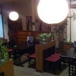 よし川 - 座敷もあり、子供連れもゆっくりできる落ち着いた店内です。