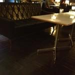 D&DEPARTMENT DINING  - 一席、一席ゆったりとしたソファ