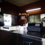村上食堂 - こちらで揚げたてからあげを提供してくれます。