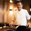 Teppan grill grillia - 内観写真:シェフ紹介:板橋雄太(いたはしゆうた) 1981年1月兵庫県生まれ。もともと料理やお酒が好きだったことから料理の世界を考えていた際に、ある人との出会いをきっかけに料理人の道へ。大阪・中之島にある有名ホテルやフレンチレストランで修業を重ね、2013年8月に【鉄板&炭焼きビストロ Teppan grill grillia (テッパン グリル グリリア)】をオープンいたしました。