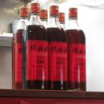 台南担仔麺大王 - カウンターに並ぶ紹興酒。