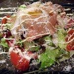2260921 - たっぷり生ハムと大盛り野菜のロジックサラダ (¥980)