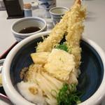 おか泉 - 名物の冷や天おろし。揚げたての天ぷら。大エビ2本。