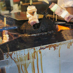 やきとりBAR HIBIKI+ - 焼き加減調節の為か機械で焼かれる品もあります。 見てて楽しい(*´Д`*)ハァハァ