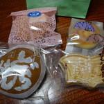 山田屋菓子舗 - 料理写真:チーズブッセ137円。桃山105円、どら焼き116円、かもめ島最中126円