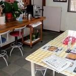 いもフライ 岡本 - カウンター席とテーブル席