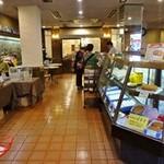 白十字パーラー - 1階では「ぽると」はじめ洋菓子が販売され、奥にはカフェもあります