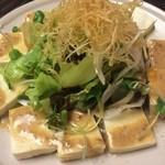 マタギ - ここで小休止。お豆腐のサラダ。