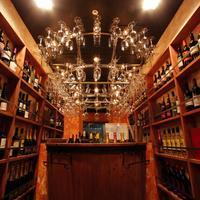 吉祥寺 PIZZA&WINE ESOLA - ワインシャンデリアにはグラスが掛かっているので、そちらからグラスをお取りになり、お好きなワインをお好きなだけ注いでください。ワインシャンデリアの下では白・スパークリングワインを冷やしております。サイドに飾られてあるワインは赤ワイン♪お好きなワインをお探しください。