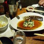 活力魚金 - 小さなカウンターの上は皿とグラスでいっぱい