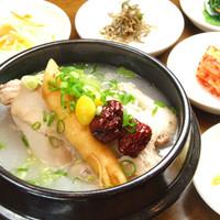 アリラン - 鶏丸々一羽使ったあったか参鶏湯!全料理嬉しい日替わりのおかず5品食放付♪