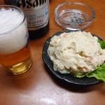 22757081 - 「ビンビール(中)」350円也。「ポテトサラダ」300円也。税込。