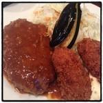 キッチン ジロー - ハンバーグ&カキフライ定食990円。 美味しいんだけど、タバコの煙がすごい〜{(-_-)}