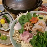 東大美 - 冬の名物大美鍋。付出し、お造り、お鍋、雑炊、果物付。一人前5,250円。