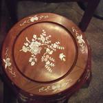 三和楼 - 荷物置きの椅子?です。綺麗な象眼の模様です