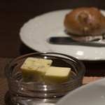 グラン シャン - トリュフバターとくるみパン