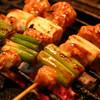 鳥小屋 - 料理写真:炭火で香ばしい焼串は¥100~