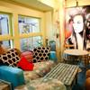 ピンクカウ - 内観写真:こちらの壁の絵は海外から来日中のアーティストによりライブペインティングされたもの