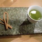 矢野善 - 宇治玉露とお菓子つき 525円(おかわり1杯つき)