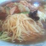 東海飯店 - 中細ウェーブ麺です