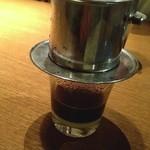ニャー・ヴェトナム - ベトナムコーヒー抽出中