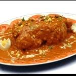 スワガット - インド宮廷料理の『ムルグマサラム』はSWAGATだけで食べることができる、究極のインドチキン料理です。鶏まるごと一羽にビリヤーニ(インド炊き込みご飯)を詰めて焼き上げ、ココナッツ風味の特製カレーで仕上げました。3~5名様でお召し上がり頂けます。※調理に時間のかかる為、2日前にご予約くださいませ。