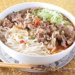 ニャーヴェトナム - Bun Bo Hue 牛スジ入り、辛口スープの丸太麺