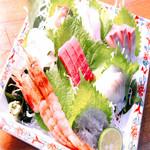 魚魚魚 - 料理写真:【おまかせ刺身】2500円。時期により魚の種類が絶えず変わるので、来るたび色んな味に出会えます♪