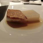 レストラン ラ フィネス - 京丹後のクエ 12日キュイソン(熟成)、京小蕪のシュクルート仕立て        クエは12日キュイソン、小蕪は7日くらいこの汁とブイヨンのなんとも言えないおいしさ