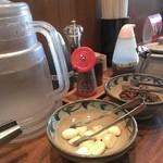 麺や純氣 - テーブルセット。生ニンニク、高菜、紅生姜、ラーメンのタレ、餃子のタレ、粒黒胡椒、ご飯用のふりかけ、等々で、お冷やの浄水器にシーガルフォーが使われております。