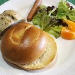 22969690 - べーグルと五色豆パンで朝食②