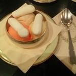 ラデュレ サロン・ド・テ - アイスクリームの盛り合わせ(1250円 手前から時計回りにローズペタル、マロン、バニラ)