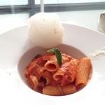 フィアットカフェ - 2種のチーズとトマトバジルソースのリガトーニ