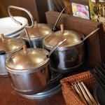 アムリタ食堂 - ナンプラー、唐辛子の酢漬け、感想唐辛子、砂糖