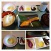 宝塚ホテルショッピングコーナー - 料理写真:和朝食・・「鮭」など定番の品が並びます。 こういう切り身は切るのが難しいだろうと感心するほど、どこのお店も薄いですね。><