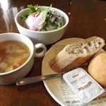 洋食屋クローバー - 「卵を落とした鉄板ナポリタン」ランチセットのスープ・サラダ・パン。これにドリンクもつきます。