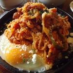 洋食屋クローバー - 「卵を落とした鉄板ナポリタン」アップ