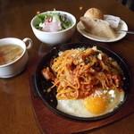 洋食屋クローバー - 「卵を落とした鉄板ナポリタン」ランチセット。スープ・サラダ・パン・ドリンクで980円です。美味い!!安い!!