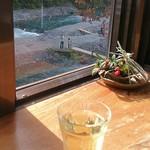 蕎麦太郎カフェ - 店内からの眺めと白ワイン(300円)