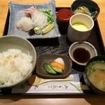 23049562 - 村さんの熟成ニベと渋谷さん1本釣り平目さしみ定食(1,100円)