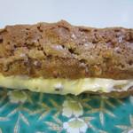 サクレクール - シュークリーム150円、注文するとその場で細長いクッキー生地のシューの中にたっぷりと美味しいカスタードクリームを詰めてくれます。