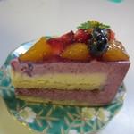 サクレクール - カシスフロマージュ350円、やさしい酸味のカシスムースの中に北海道産のチーズクリームを挟んだケーキです。