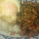 ガムランディー - [2013.12]バイガパオ。卵を潰してご飯と混ぜてから食べるとおいしい!