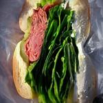 ホットベーグル - パストラミサンド(430円、NYベーグルを使用してます。)牛肉、野菜、クリームチーズ、バランスが良い構成ッス!ただ食べ難いッス!!