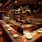 地酒蔵大阪 - 内観写真:メインはカウンター!                     皆様が召し上がって頂く、お料理の作る姿が指先まで見えることの出来るカウンター。